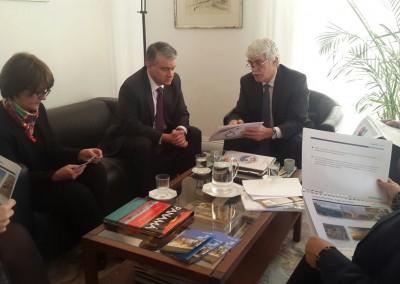 Ministro con Viceministra ( los mismos de arriba) con Michel de Grandi periodista de Les Echos.