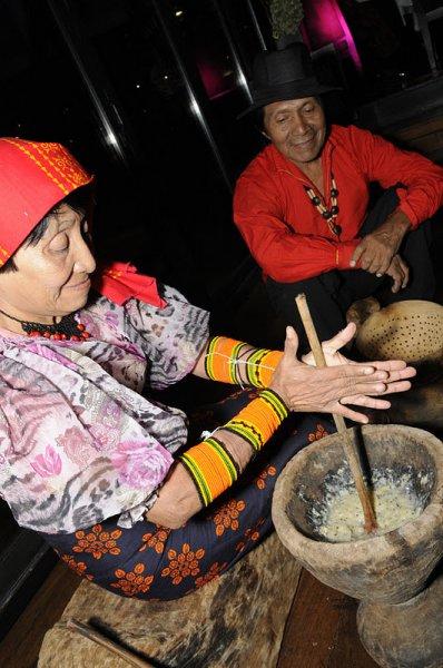 Demonstracion del uso del cacao por los gunas
