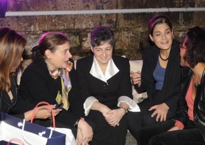 Embajadora de Honduras en Francia (en el centro) rodeada de colegas diplomaticas