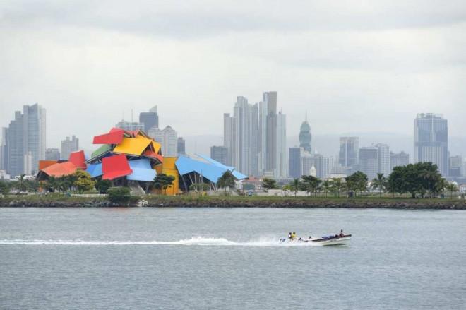 Le Musée de la biodiversité nommé Pont de la vie de Panama par l'architecte Frank Gehry. Il égaye le front de mer et les gratte-ciel, en arrière-plan, – Photo Bertrand Rieger / Hemis.fr