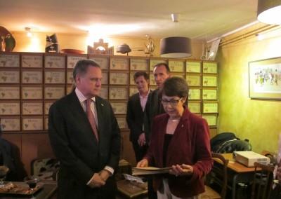 Entrega de los diplomas de cafeologia al Embajador Henry Faarup