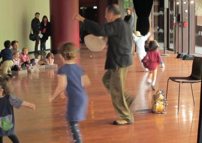Taller de tamborito con el musico panameno Rai Fernandez Bonini