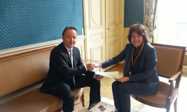 Entrega de invitación, a la inauguración de las nuevas esclusas del canal de Panamá, dirigida al Presidente François Hollande