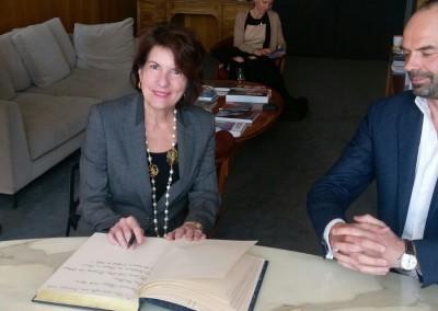 Embajadora Pilar de Alemán escribiendo en el Libro de Oro de la alcaldía de Le Havre