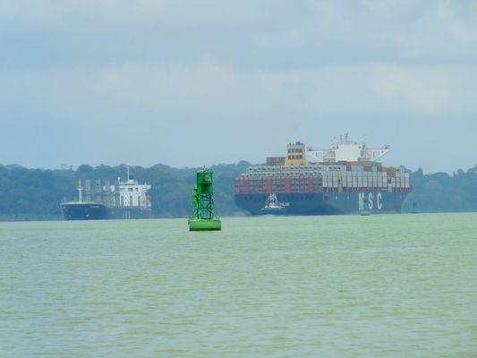 bateaux sur Canal de Panama (Photos : E. Scotto).