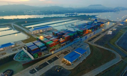 Buque Cosco Development rompe récord de carga al transitar por Canal ampliado