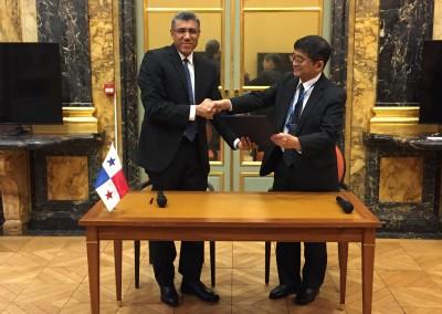 Firma de MCAA el 15 de enero por el Director General de Ingresos Publio Cortes en la sede de la OCDE