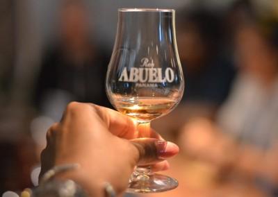 Degustación de Ron Abuelo y de ceviche cobia de Open Blue en el bar del hotel Novotel París Tour Eiffel