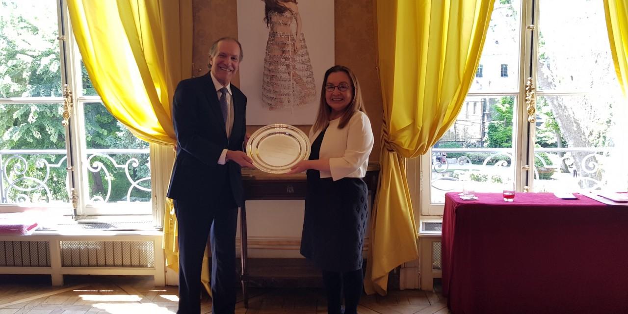 Remise du plateau de la Maison de l'Amérique latine à SE José A. Fabrega Roux, Ambassadeur du Panama, par la Présidente du GRULAC