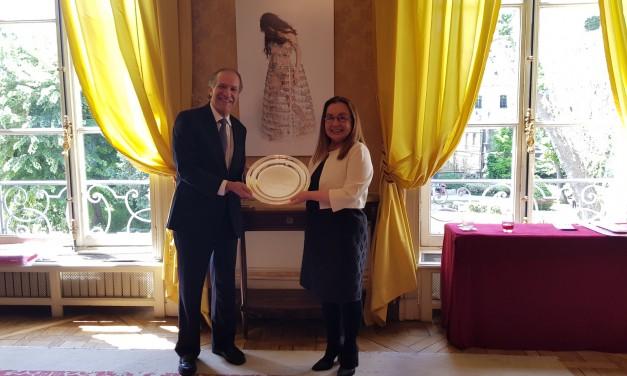 Distinción del Embajador José A. Fábrega Roux por la Presidente Pro-Tempore del GRULAC