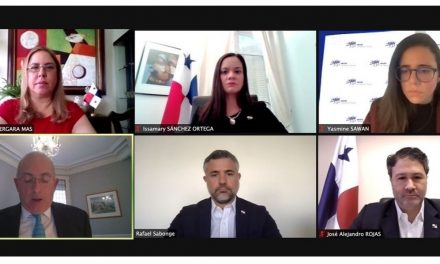 Rencontre des autorités panaméennes avec des hommes d'affaires français sur les investissements au Panama.