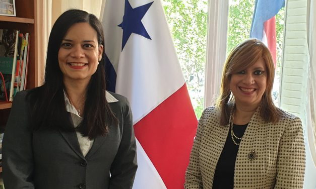 Condecoración del Senado a la panameña Flor Muñoz, quien representa los vínculos entre Francia y Panamá, Semana de América Latina y del Caribe en Francia.
